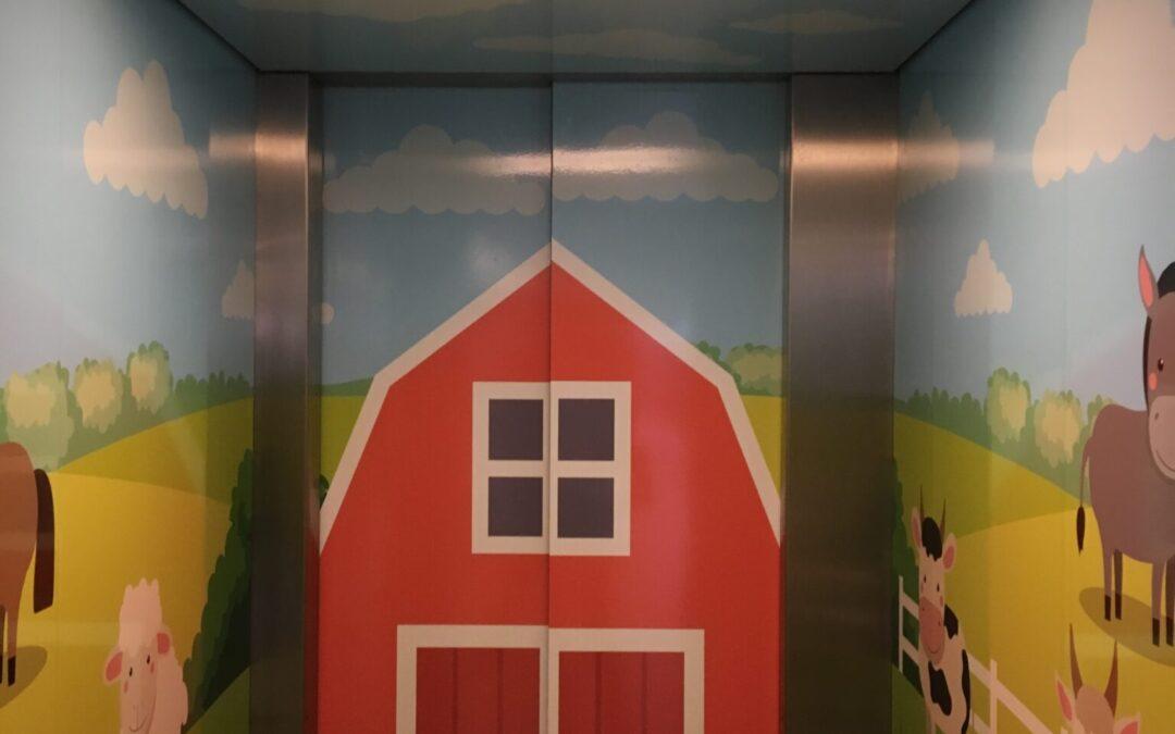 En elevator dekoreres